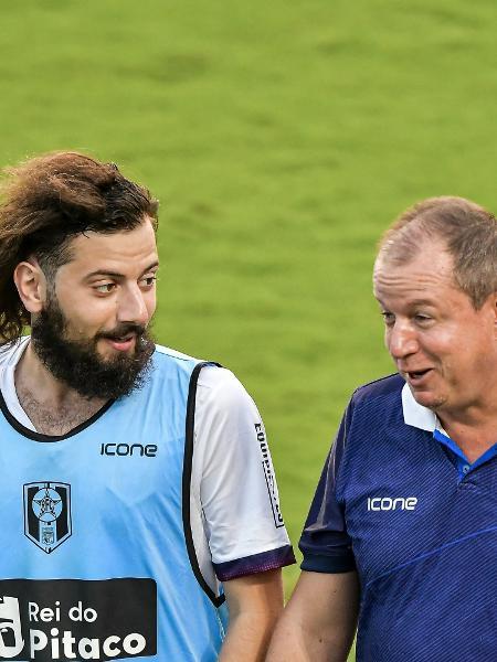 Cartolouco conversa com Sandro Sargentim, técnico do Resende, durante a partida contra o Vasco - Thiago Ribeiro/AGIF