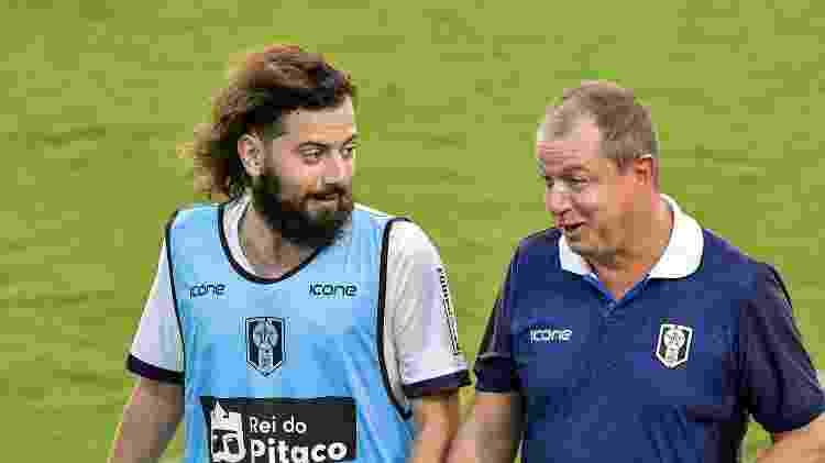 Cartolouco conversa com Sandro Sargentim, técnico do Resende, durante a partida contra o Vasco - Thiago Ribeiro/AGIF - Thiago Ribeiro/AGIF