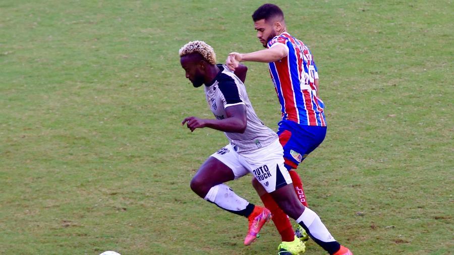 Mendonza, do Ceará, escapa da marcação de Patrick de Lucca, do Bahia, pela final da Copa do Nordeste em Salvador - CLEBER SANDES/FRAMEPHOTO/FRAMEPHOTO/ESTADÃO CONTEÚDO