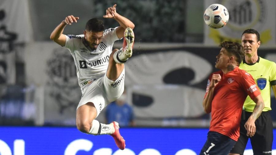 Jean Mota disputando bola no jogo entre Santos e Independiente - Ivan Storti/Santos FC