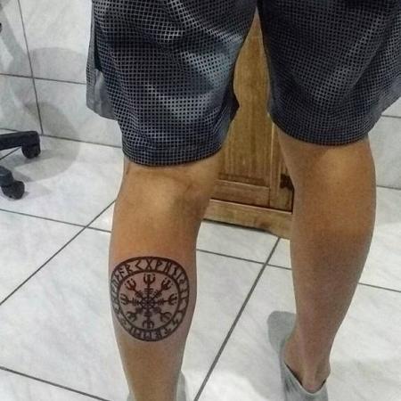Fernando Scheffer tem tatuado na perna um símbolo nórdico - Reprodução/Instagram