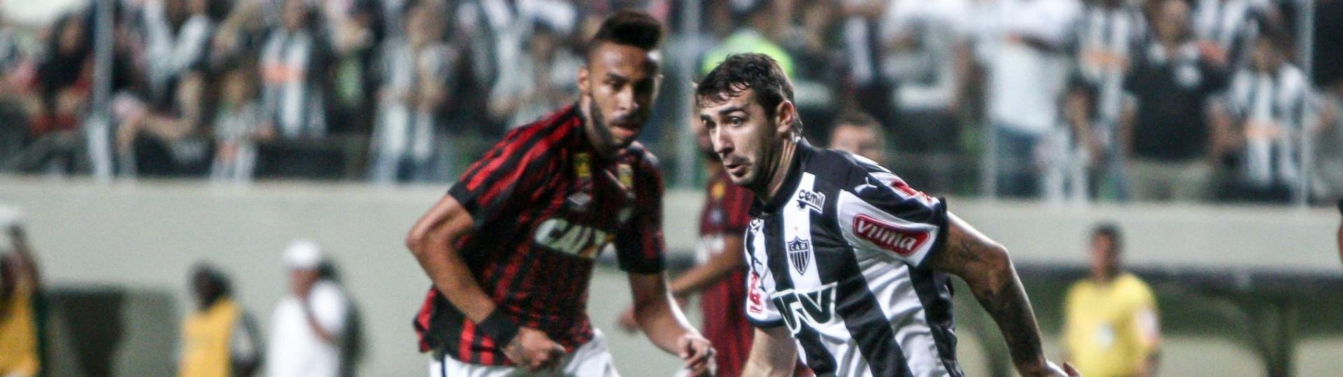 Lucas Pratto protege a bola no confronto entre Atlético-MG e Atlético-PR