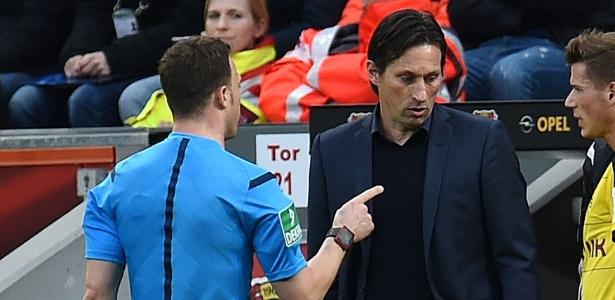 Árbitro Felix Zwayer (de costas) discute com técnico do Bayer Leverkusen, Roger Schmidt - Patrik Stollarz/AFP Photo