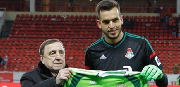 Guilherme Marinato recebe homenagem do presidente do Lokomotiv por convocação