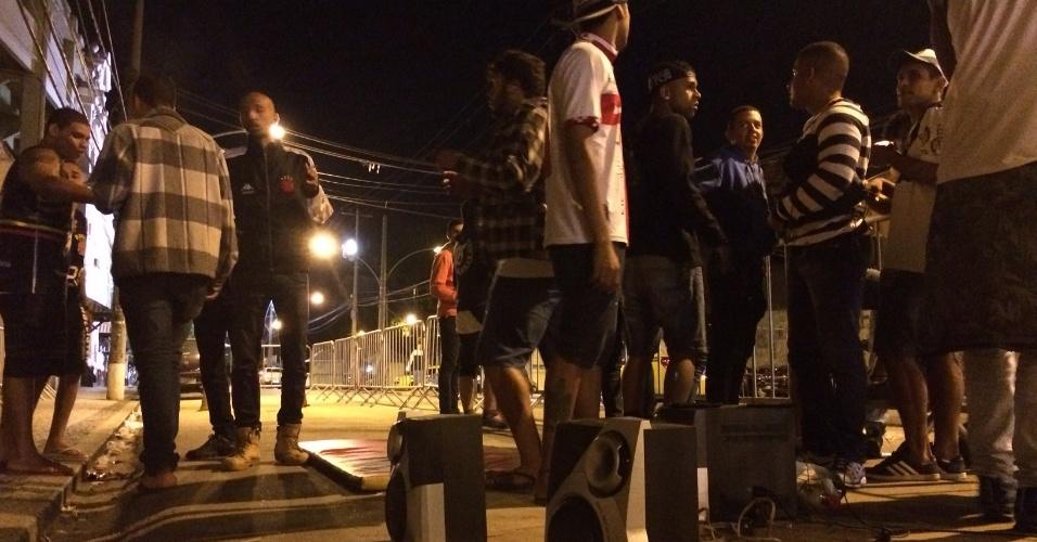 Caixa de som tocando pagode animavam os torcedores em São Januário