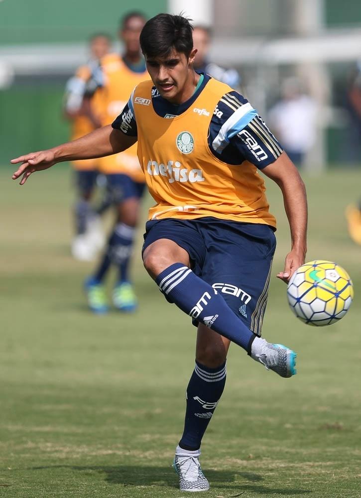 Zagueiro Thiago Martins em ação durante atividades realizadas na Academia de Futebol do Palmeiras