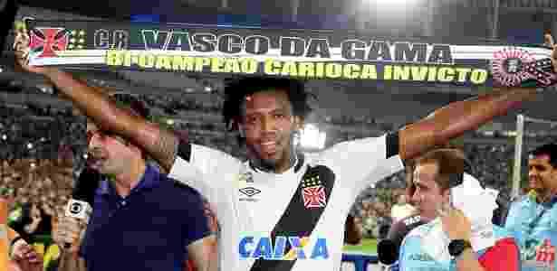Zagueiro Rafael Vaz exibe a faixa de bicampeão carioca invicto do Vasco - Paulo Fernandes / Site oficial do Vasco - Paulo Fernandes / Site oficial do Vasco