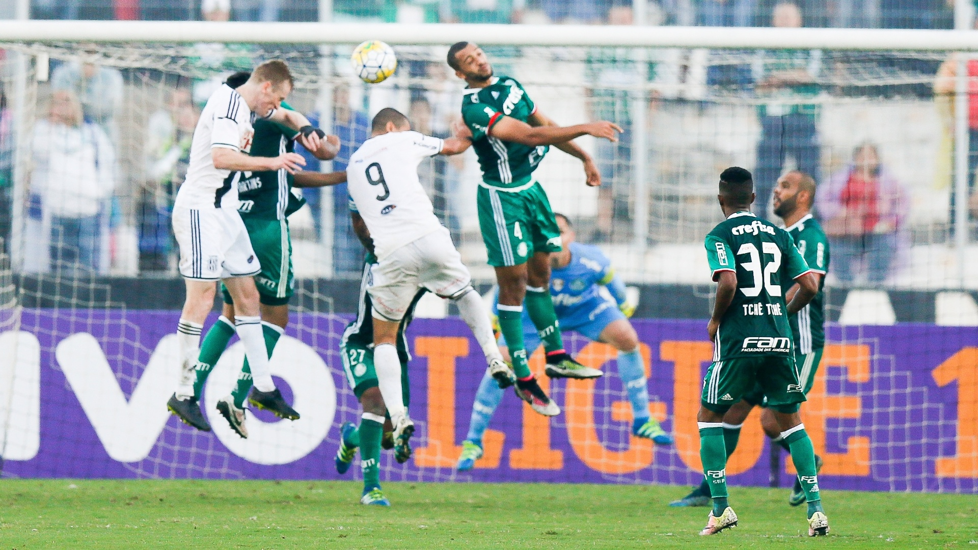 Wellington Paulista tenta o cabeceio durante a partida entre Ponte Preta e Palmeiras