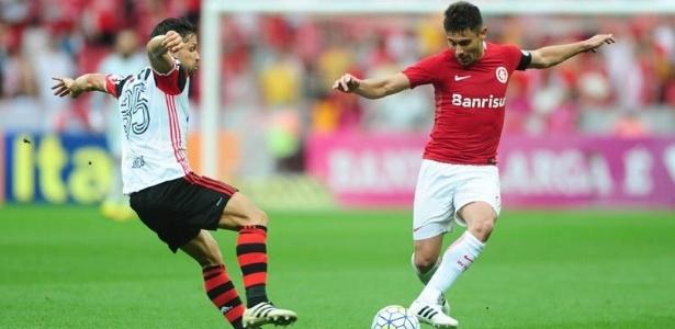 Alex (dir) já atuou na defesa em boa parte do jogo contra o Cruzeiro