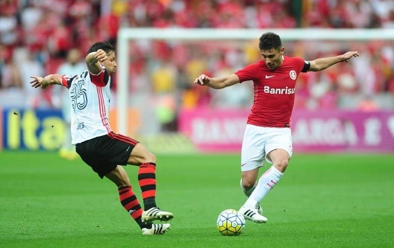 Diego e Alex disputam a bola durante a partida entre Flamengo e Internacional