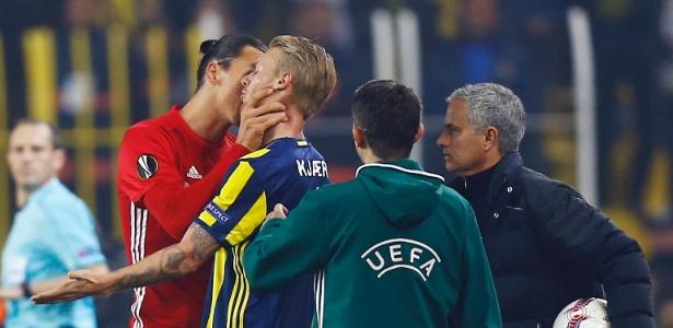 Kjaer foi agarrado pelo pescoço por sueco (foto)
