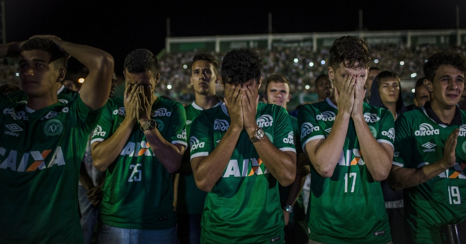 Jogadores e torcedores se emocionam em homenagem na Arena Condá