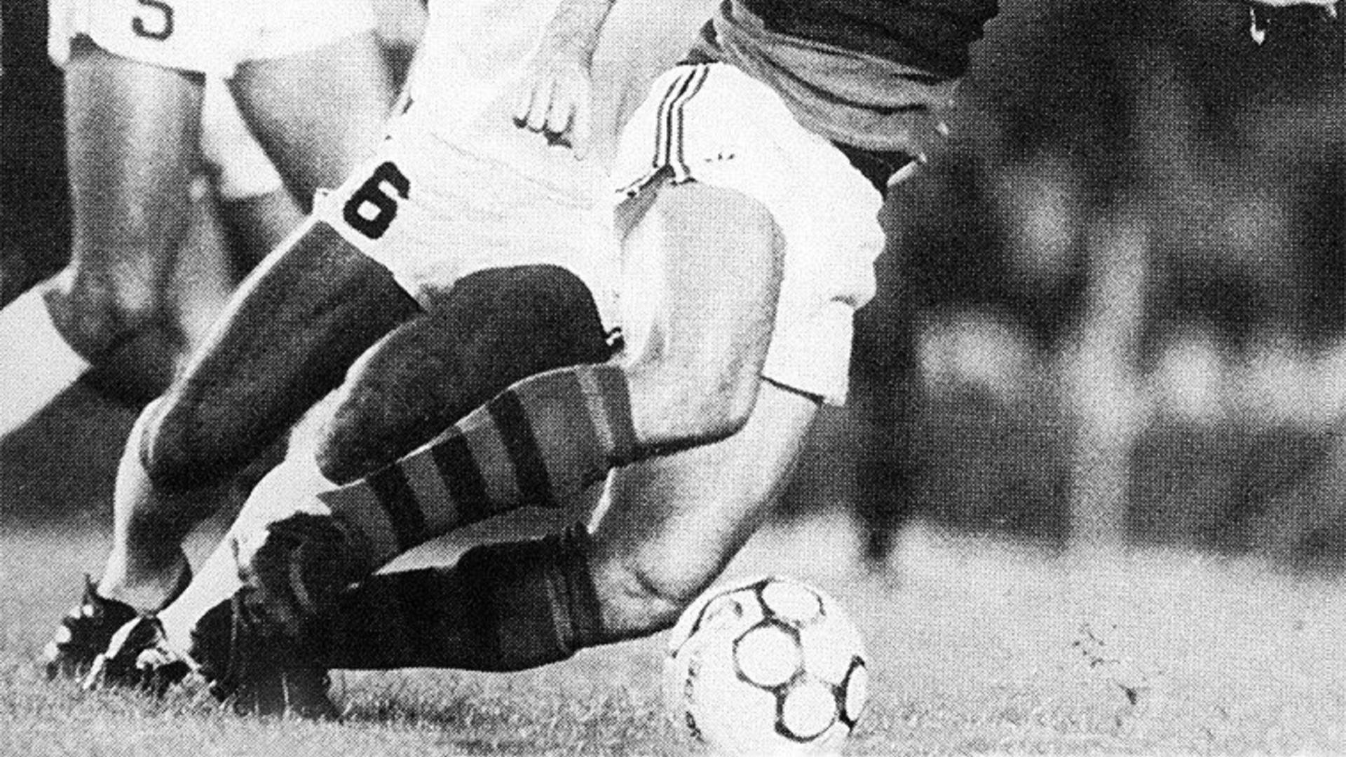 Zico, pelo Flamengo, encara a marcação santista na final do Campeonato Brasileiro de 1983