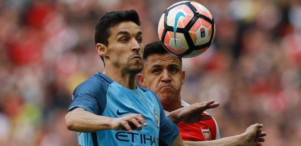 Jesús Navas, do Manchester City, disputa a bola com Alexis Sánchez, do Arsenal - Darren Staples/Reuters