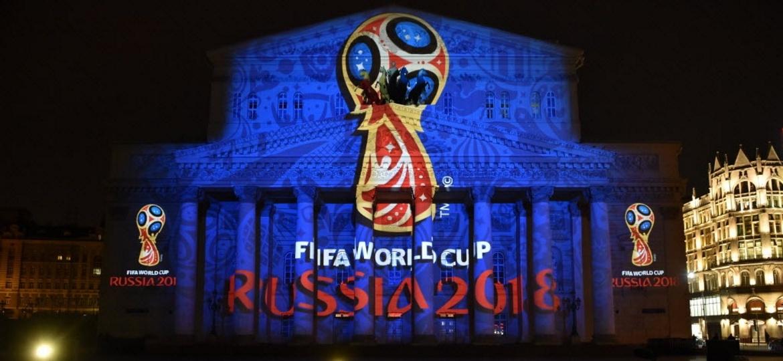 Fachada do Teatro Bolshoi é decorada com desenho da taça da Copa do Mundo, competição que a Rússia vai receber em 2018 - Kirill Kudryavtsev / AFP