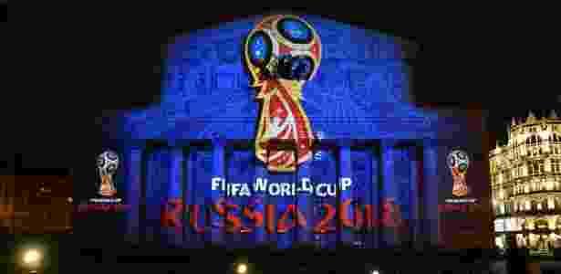 Fachada do Teatro Bolshoi, em Moscou, decorada com taça da Copa do Mundo, que a Rússia vai receber em 2018 - Kirill Kudryavtsev / AFP