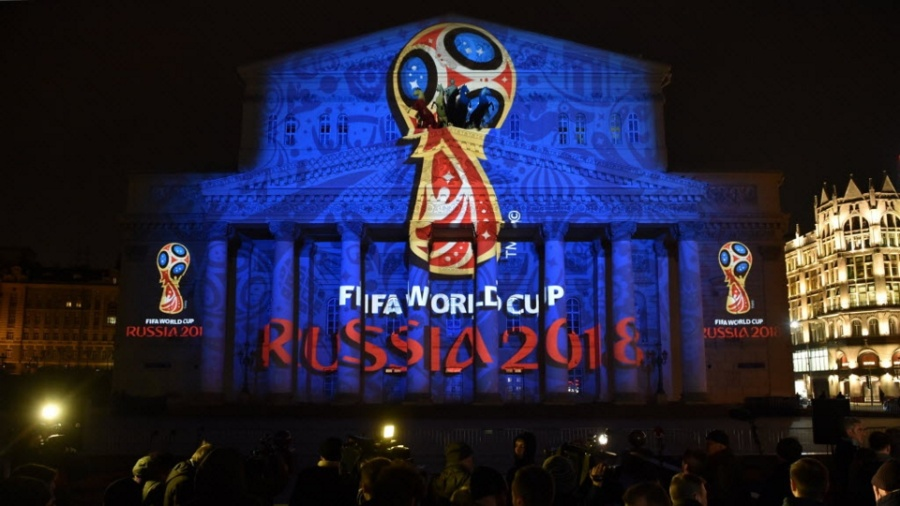 Fachada do Teatro Bolshoi com logo da Copa do Mundo, competição que a Rússia receberá em 2018 - Kirill Kudryavtsev / AFP