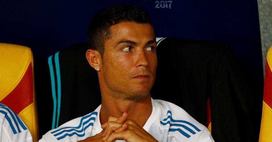 No banco, Cristiano Ronaldo acompanha a partida do Real contra o United