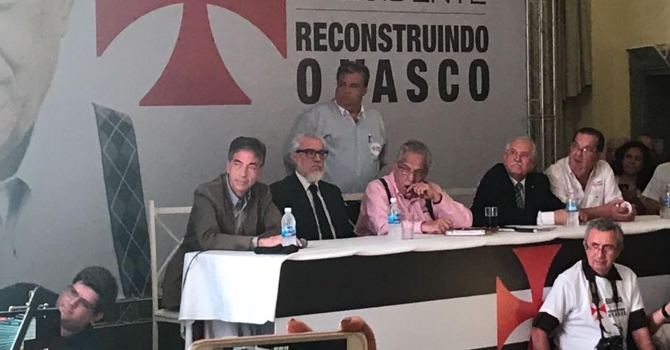 Presidente do Vasco Eurico Miranda fuma charuto em evento