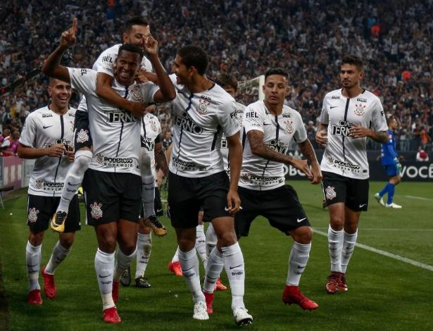 Corintianos comemoram um dos gols do Jô, no jogo em que o Corinthians se sagrou campeão brasileiro