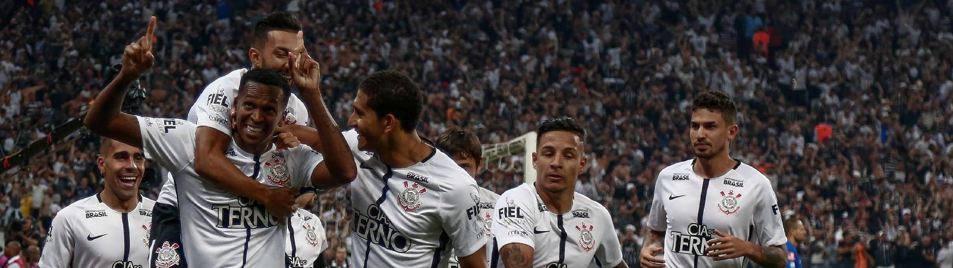Jogadores do Corinthians comemoram o gol de Jô contra o Fluminense