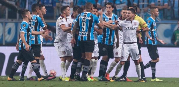 Clube gaúcho reclamou da arbitragem no primeiro jogo diante do Lanús-ARG