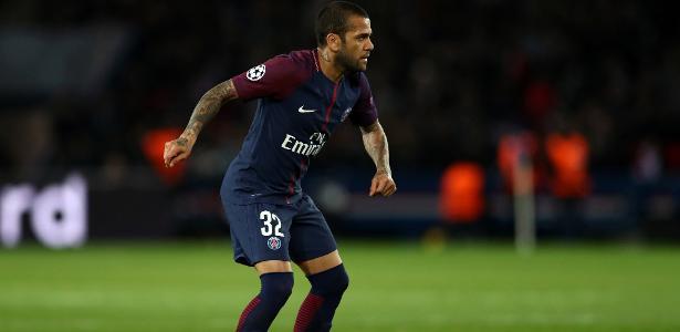 Daniel Alves em ação pelo Paris Saint-Germain; lateral pretende investir em clube