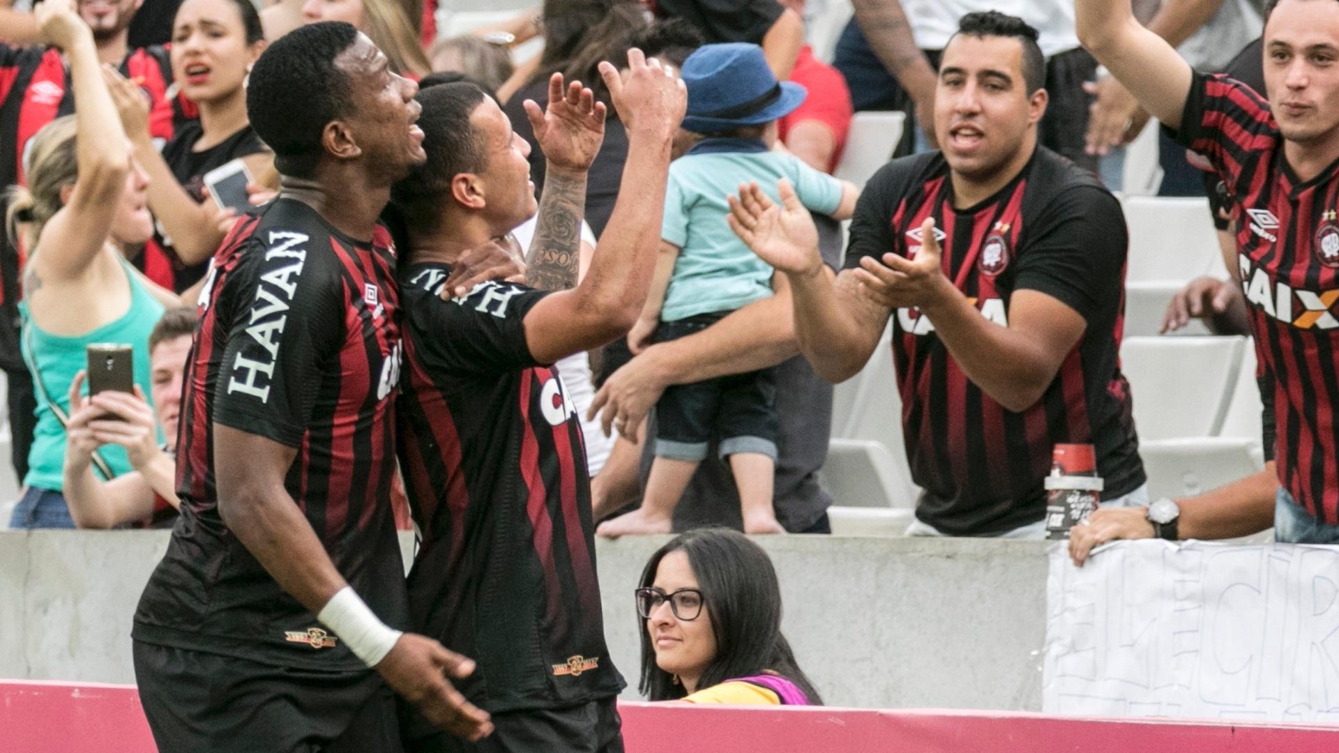 Sidcley (dir.) comemora o terceiro gol do Atlético-PR contra o Palmeiras