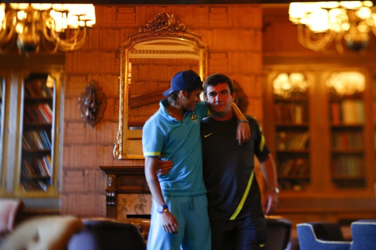 Neymar e Andrés Sanchez, então diretor de seleção da CBF, em hotel da seleção durante os Jogos Olímpicos de Londres