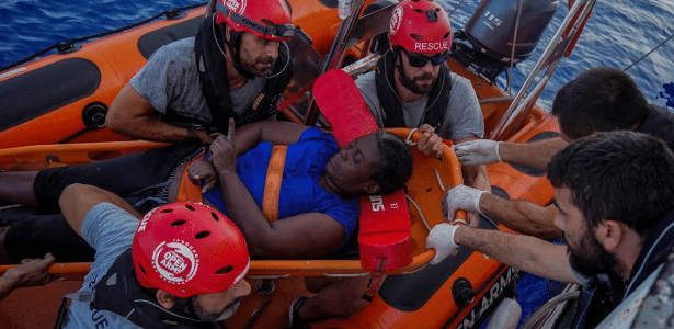 Ação contou até com atleta da NBA | Mulher é resgatada após ficar à deriva no Mediterrâneo com 2 corpos