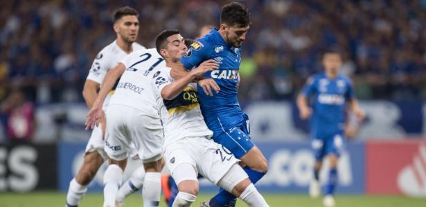 Arrascaeta tenta se livrar da marcação durante partida entre Cruzeiro e  Boca Juniors Imagem  Pedro Vale AGIF 7a5355c34facf