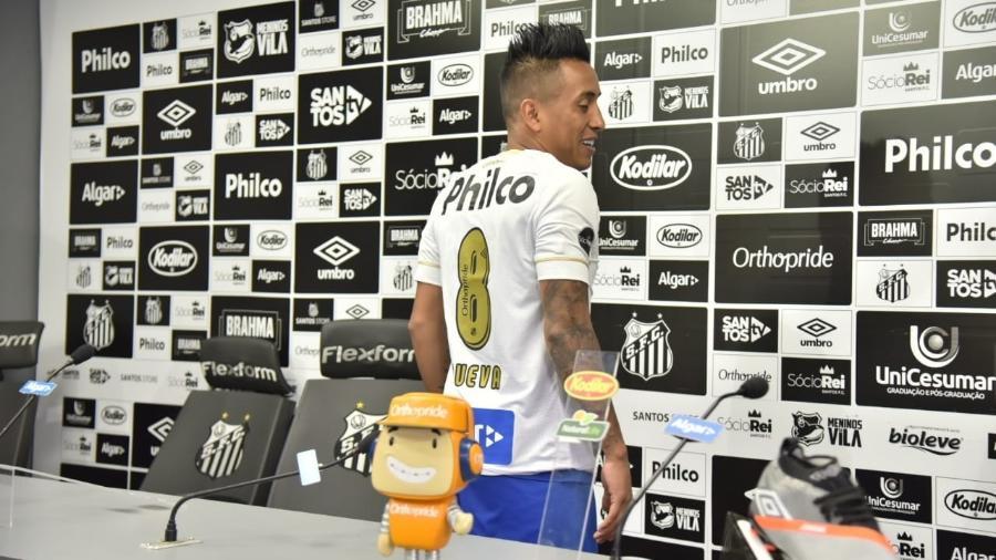Cueva vesta a camisa 8 em apresentação do Santos - Ivan Storti/Santos FC
