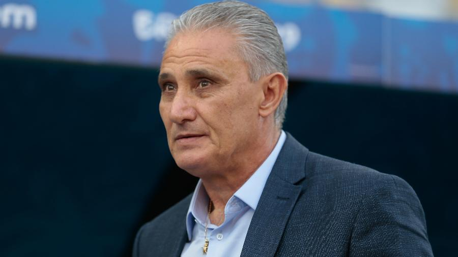 Tite observa o duelo entre Brasil x Peru na Arena Corinthians - Marcello Zambrana/Agif