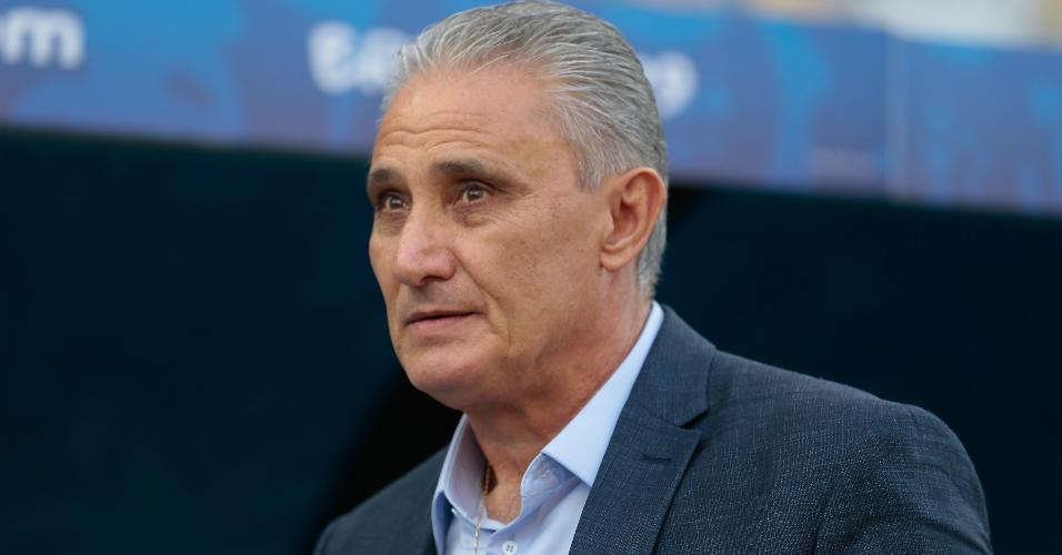 Tite observa o duelo entre Brasil x Peru na Arena Corinthians