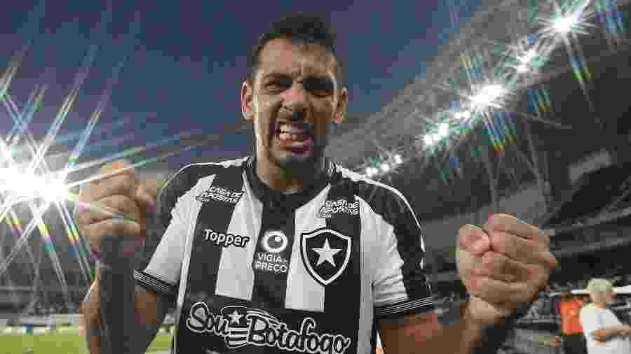 Ainda com camisa antiga, Botafogo improvisa novos patrocinadores com adesivos - VITOR SILVA/BOTAFOGO