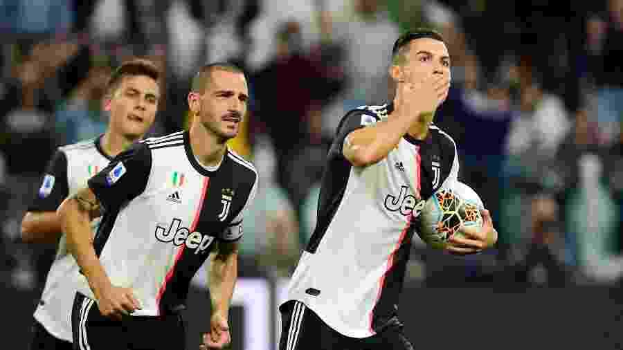 Cristiano Ronaldo comemora após marcar para a Juventus de pênalti contra o Hellas Verona - Massimo Pinca/Reuters