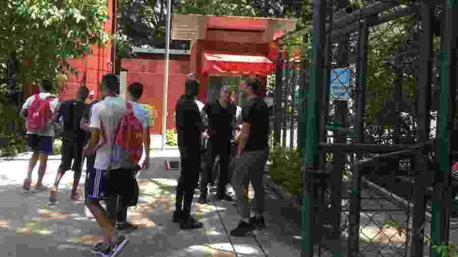 André Cury e Abidal conversam no CT da Barra Funda - José Eduardo Martins/UOL
