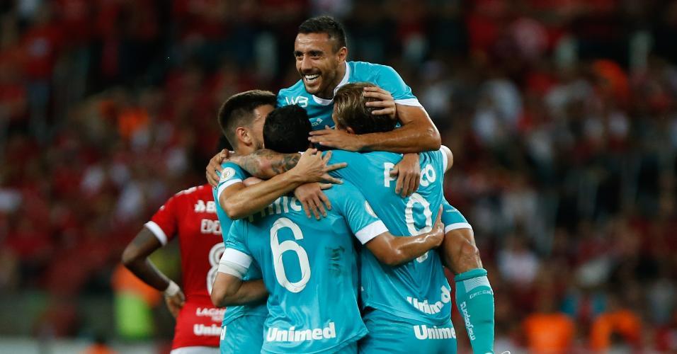 Jogadores do Goiás comemoram gol contra o Internacional