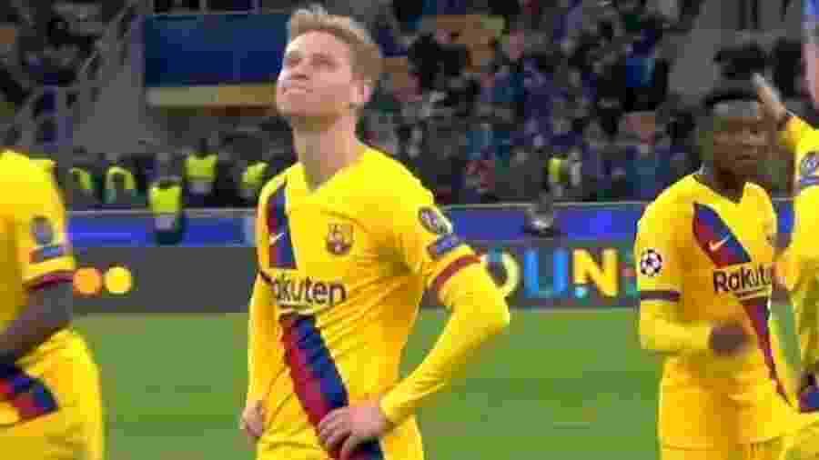 Reação de Frankie De Jong ao ver pelo telão a eliminação do Ajax ao final da partida entre Barcelona e Inter de Milão - Reprodução/Twitter