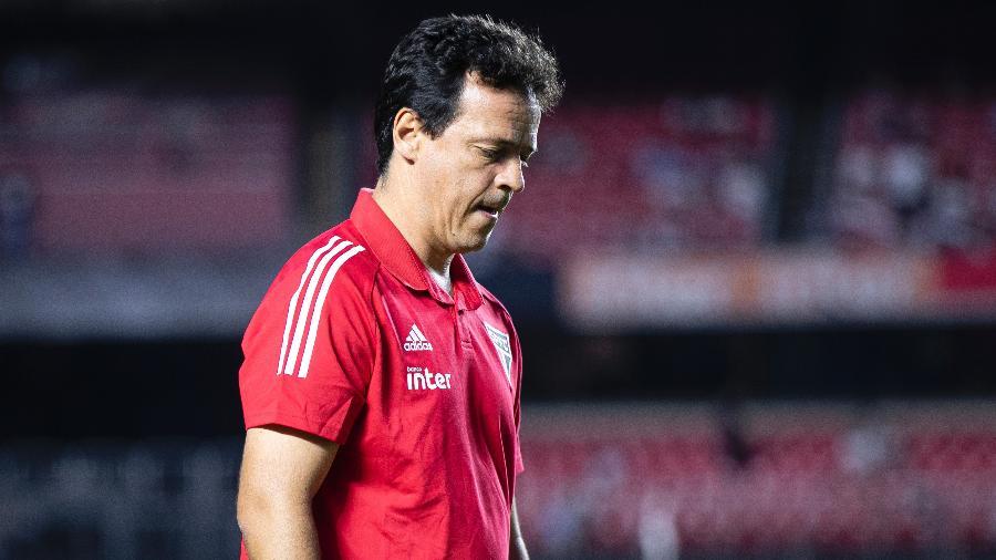 Fernando Diniz à beira do campo durante o jogo entre São Paulo e Corinthians, no Morumbi - Daniel Vorley/AGIF