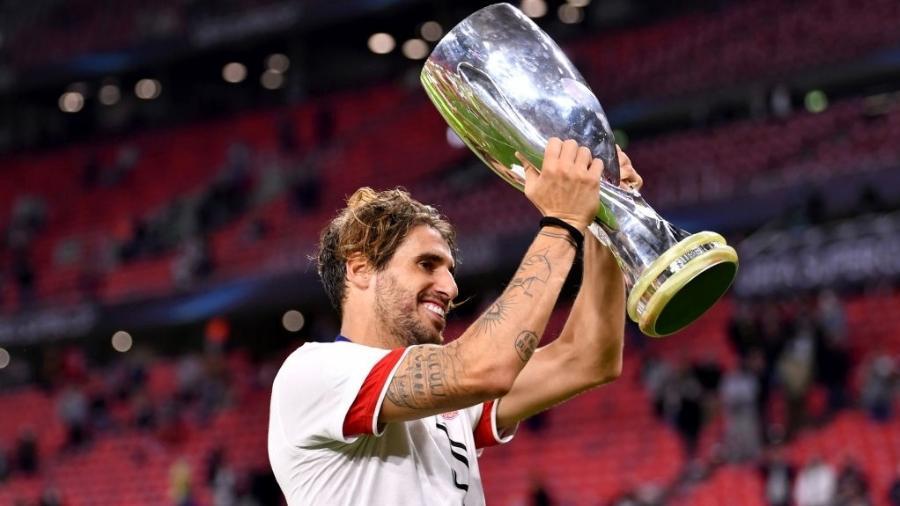 Javi Martínez comemora com a taça da Supercopa da Europa após vitória do Bayern contra o Sevilla - Harold Cunningham - UEFA/UEFA via Getty Images