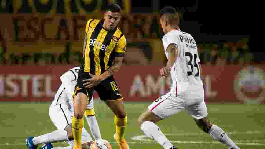Lance do duelo entre Peñarol x Athletico-PR, pela sexta rodada da Libertadores - Staff Images / CONMEBOL