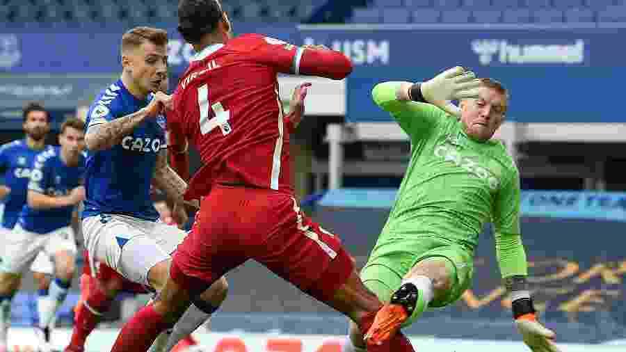 Tesoura do goleiro Pickford, do Everton, rompeu os ligamentos do joelho de Van Dijk, do Liverpool - John Powell/Liverpool FC via Getty Images