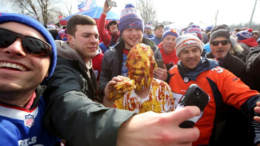 """Ken """"Pinto Ron"""" Johnson tira fotos com os torcedores do lado de fora do Orchard Park, antes do confronto entre Bills e Broncos, na NFL, em 2019 - Bryan M. Bennett/Getty Images"""