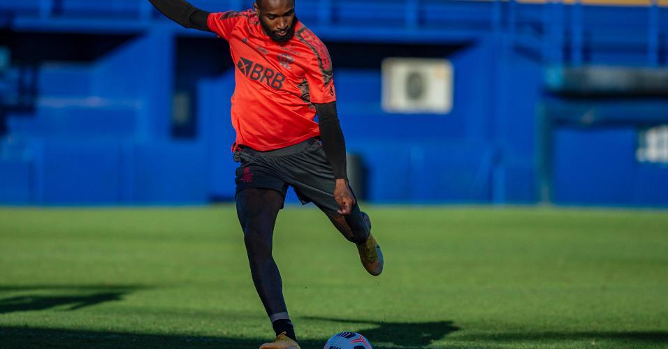 Gerson treina finalização durante o treino no CT do Boca Juniors.