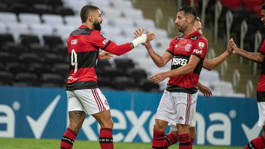 Gabigol comemora gol pelo Flamengo ao lado de Isla, na partida contra o Unión La Calera - Alexandre Vidal/Flamengo