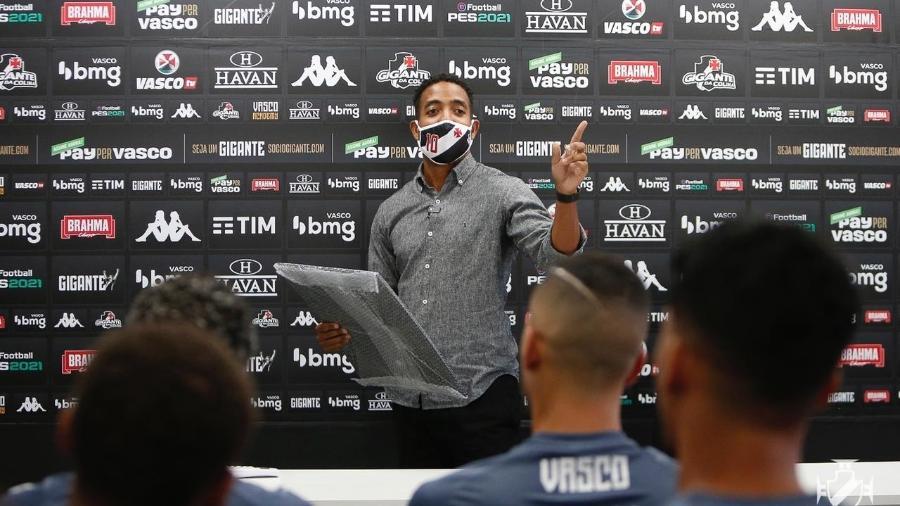 Professor de História José Nilton Júnior comanda roda de discussão sobre racismo no futebol com elenco do Vasco - Rafael Ribeiro / Vasco