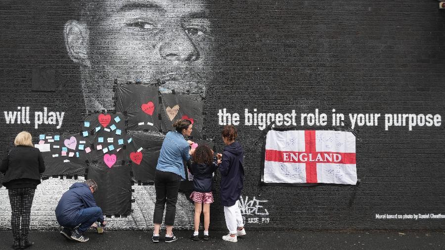 """Mural com foto de Rashford, em Manchester, amanheceu vandalizada e foi """"salva"""" por torcedores com corações e mensagens de apoio - Christopher Furlong/Getty Images"""