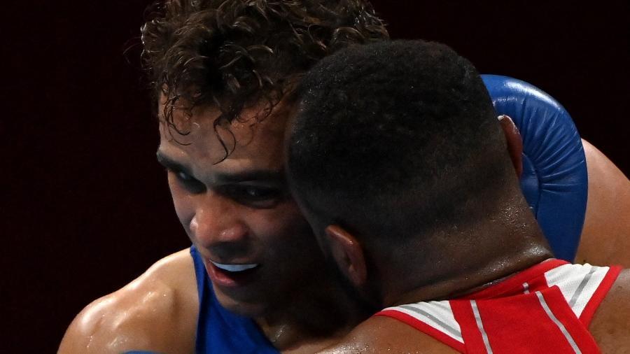 Boxeador tentou morder adversário em luta do boxe olímpico - Luis ROBAYO / AFP