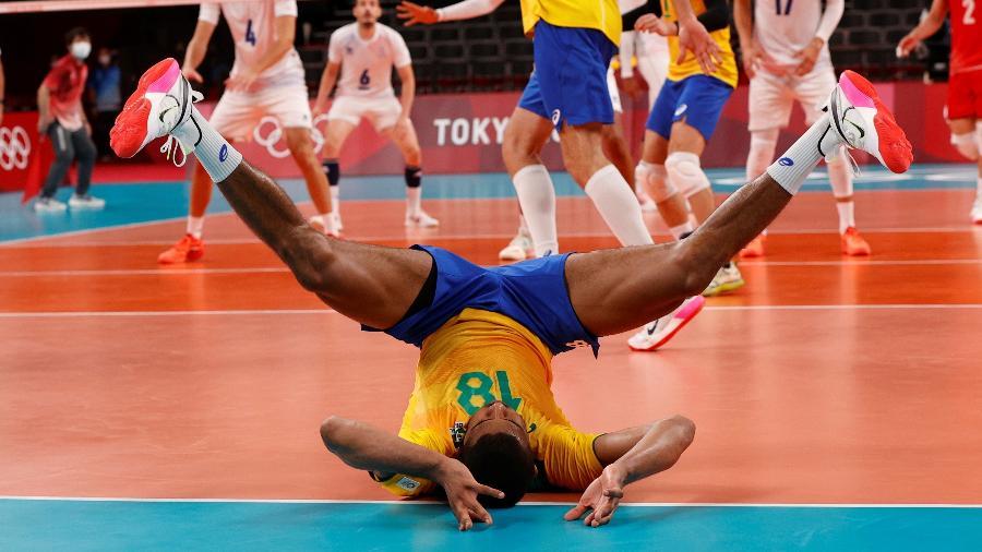 Lucarelli vai ao chão durante jogo do Brasil contra a França nas Olimpíadas de Tóquio - Valentyn Ogirenko/Reuters